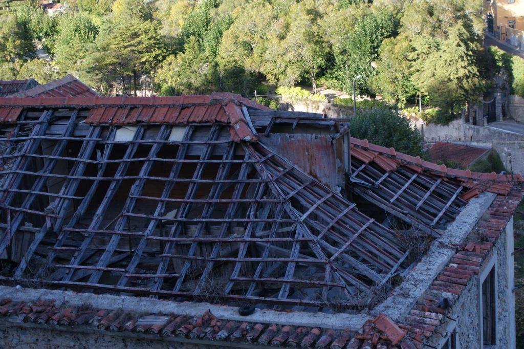 Неожиданно среди всего великолепия развалившаяся крыша