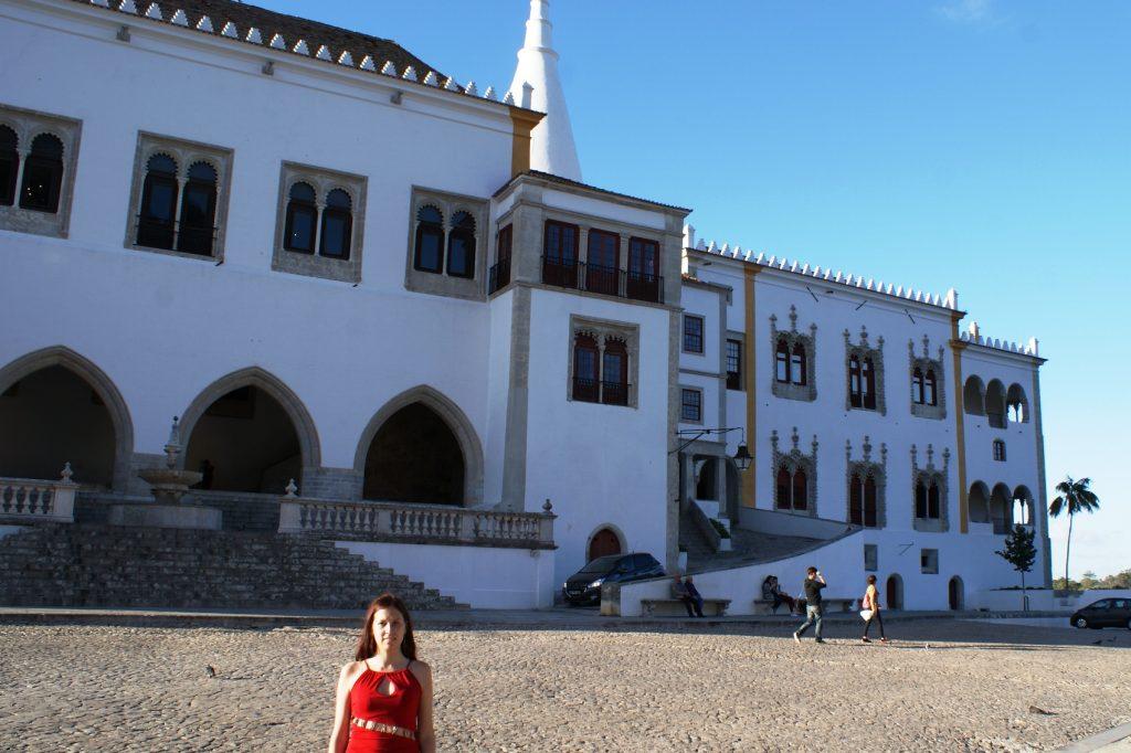 На фоне одного из дворцов