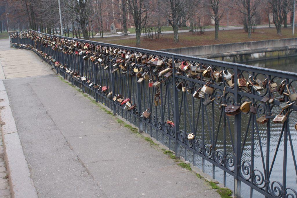 Традиционный для многих городов мостик