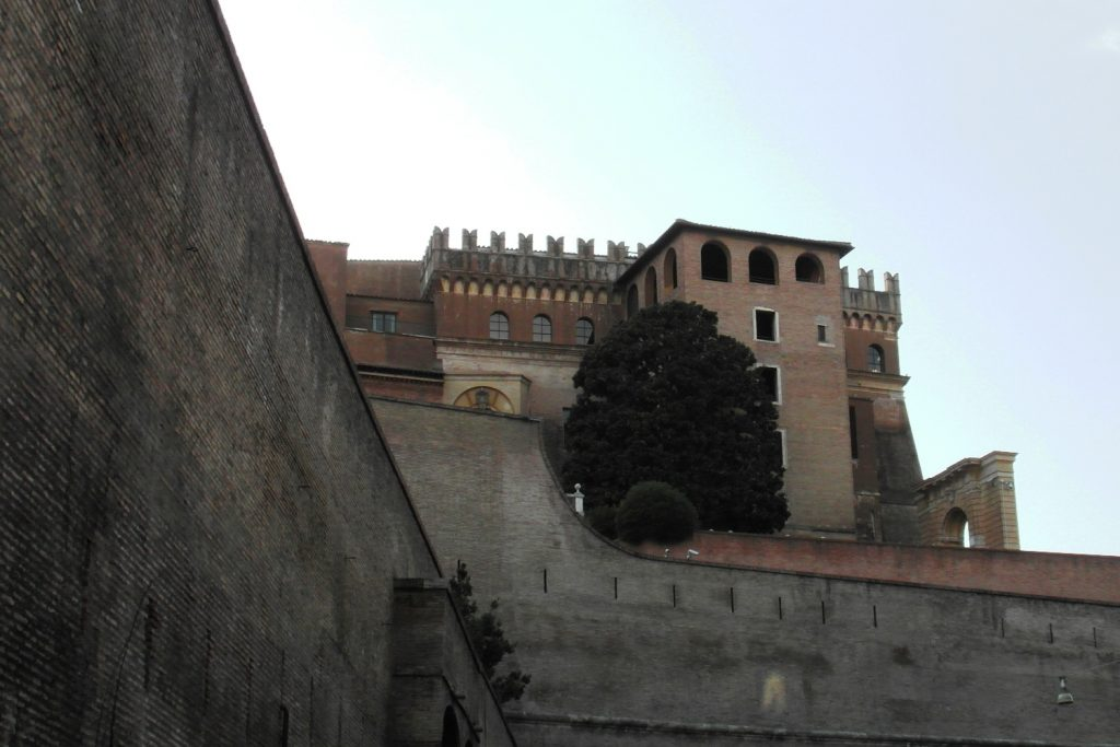 И опять стена, вид со стороны Рима