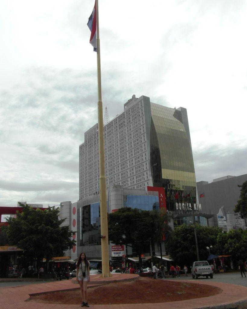 В центре - огромный флаг Парагвая