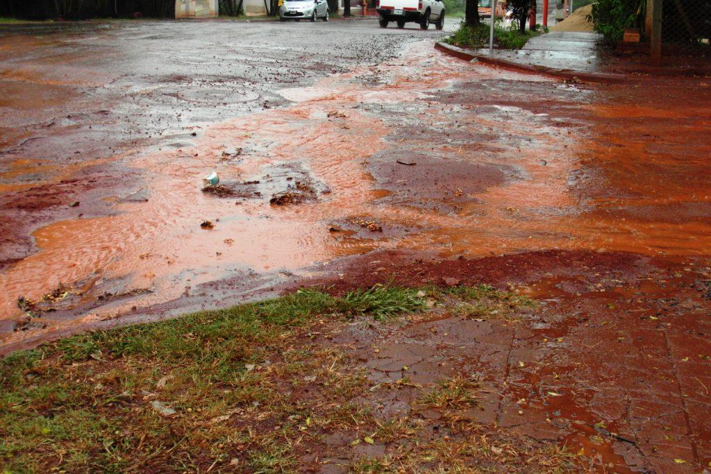 Мокрые дороги тут же красят обувь в ярко-рыжий
