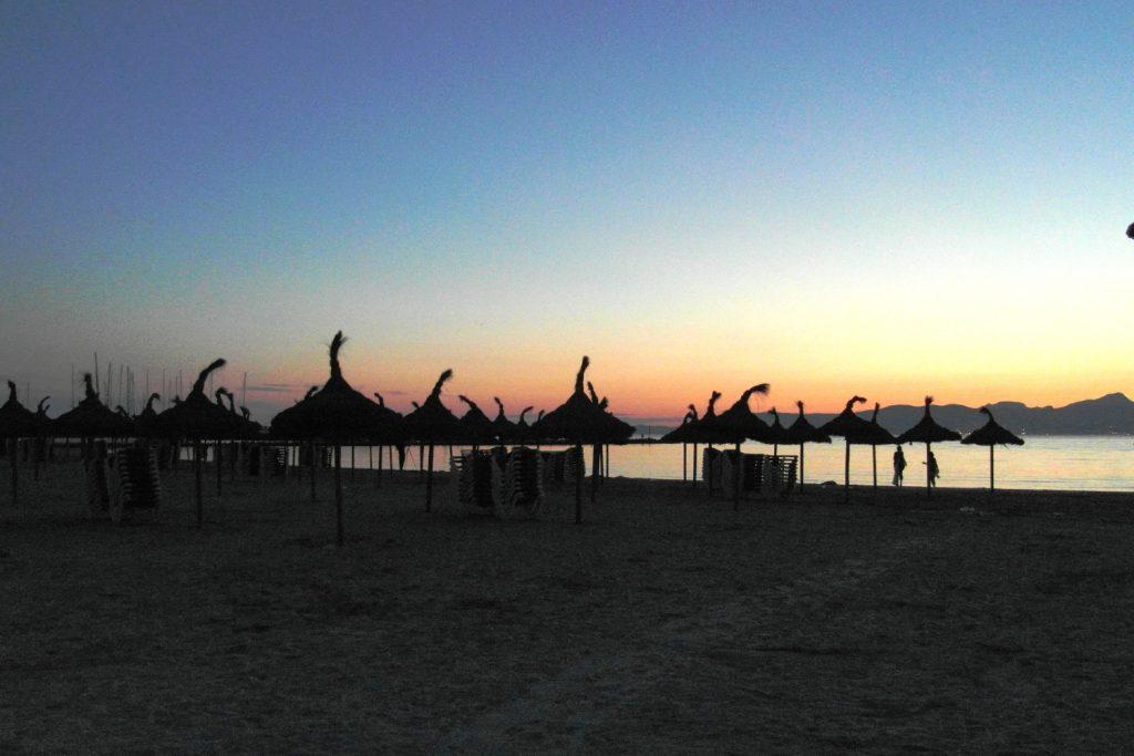 Пляж в Эль-Аренале по вечерам