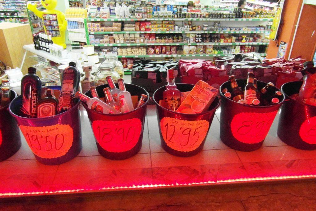 По-моему. это гениально! Ведро с нужным количеством бутылок для коктейлей. И трубочки для всей компании. Супер!