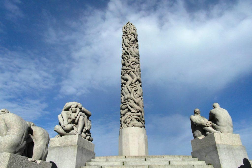 Здесь очень-очень много скульптур, изображающих голых людей. Странная идея, но быстро привыкаешь