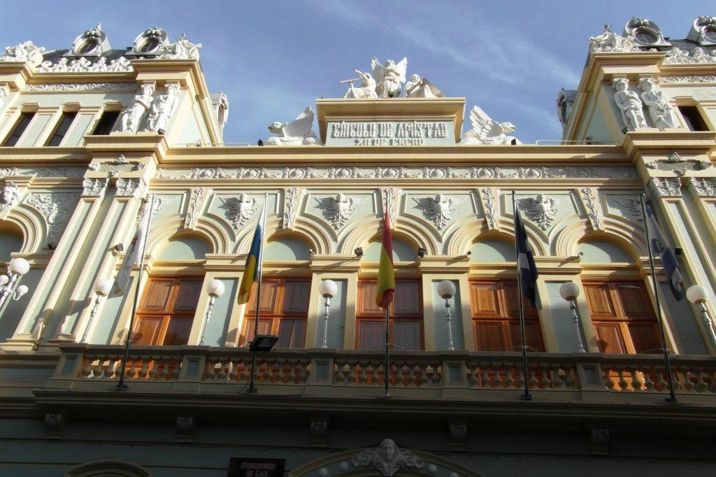 Много красивых зданий