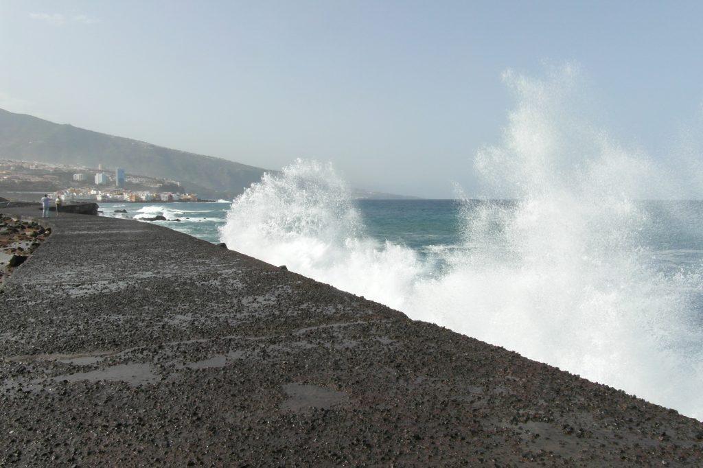 Обожаю смотреть, как волны разбиваются о камни