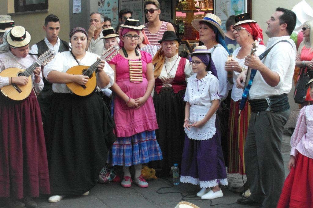 А это фото я забыла добавить в предыдущий пост. Простите. Оно из Пуэрто-де-ла-Круз, просто люди собрались, чтобы петь на улице