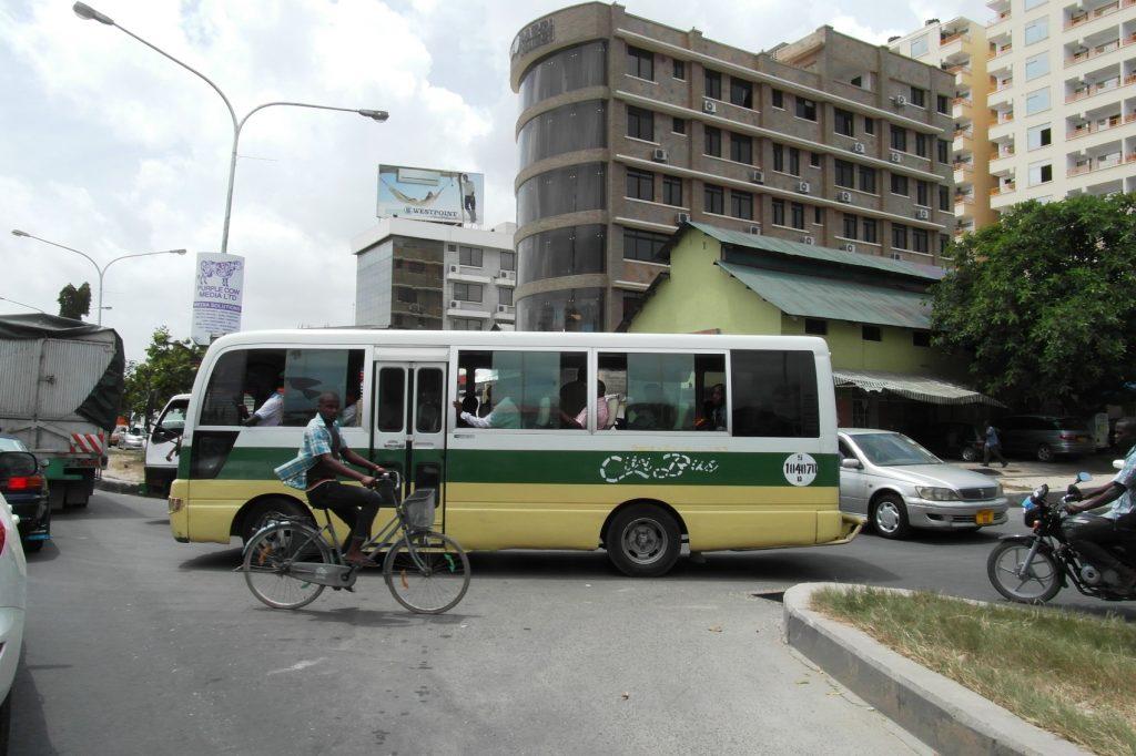 Транспорт не слишком новый. В одном из автобусов мы ехали огромной-огромной толпой... Жарко... В такси и тук-туках лучше!