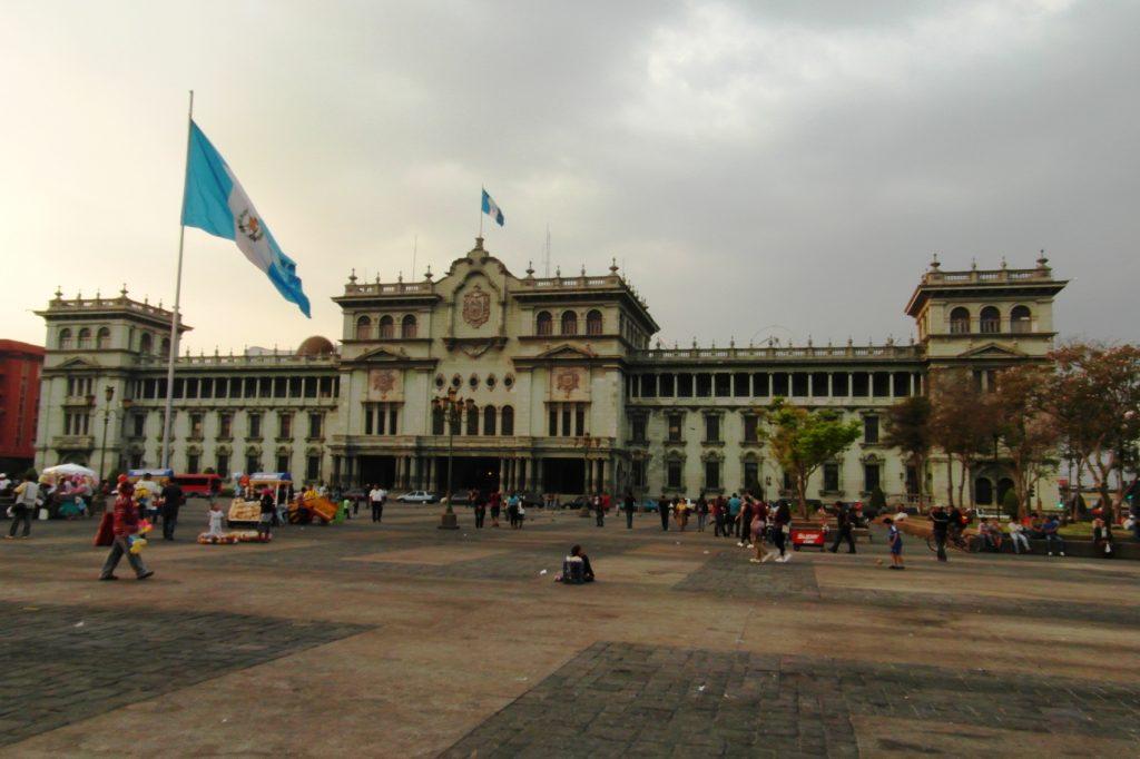 Огромный флаг Гватемалы