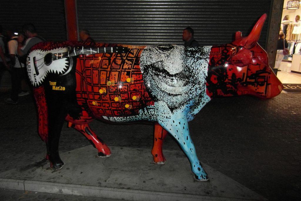 Веселая корова на пешеходной улице