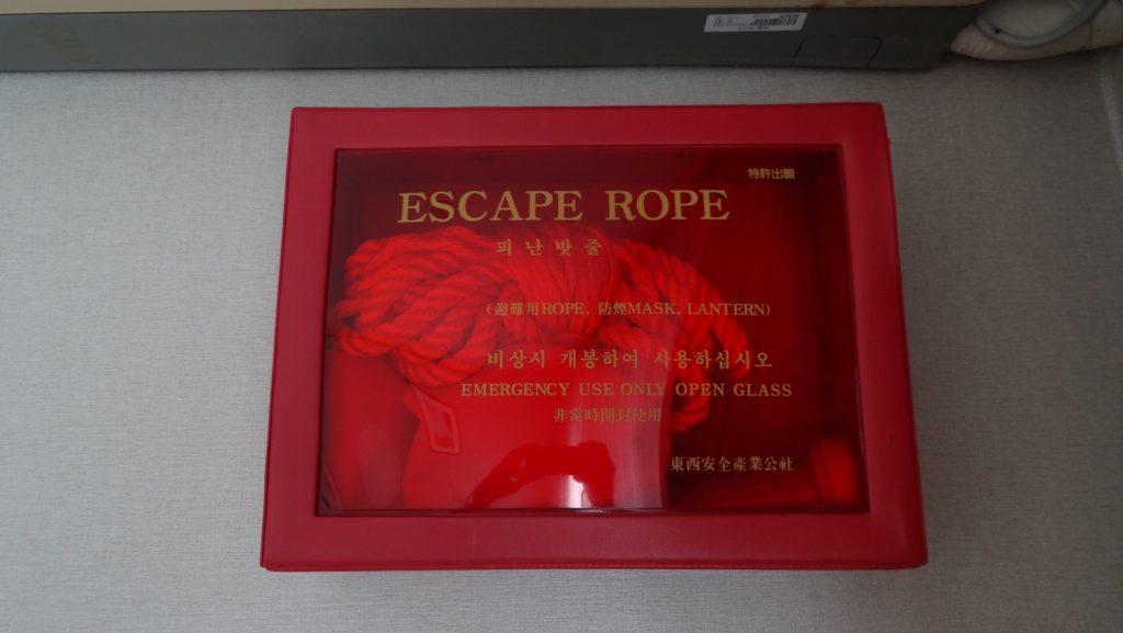 А вот это потрясающе! Я могу спастись с третьего этажа с помощью веревки! Интересно, на шестом тоже есть?