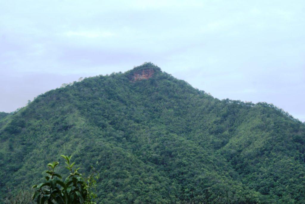 Вот в таких горах расположен водопад
