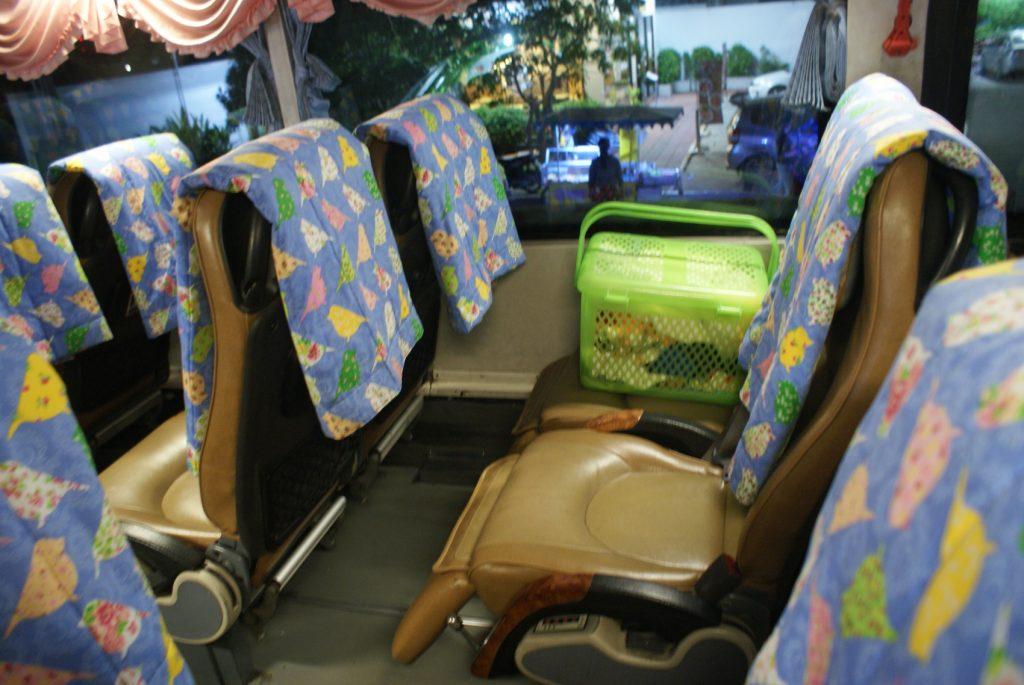Вот такой автобус вез нас в Ногкхай - город недалеко от границы с Лаосом