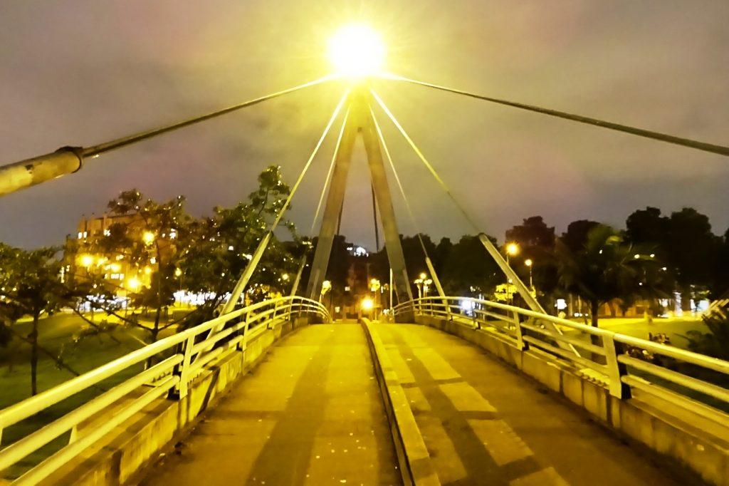 Оглядываюсь: справа и слева никого, на мост никто не поднимается - можно достать фотоаппарат
