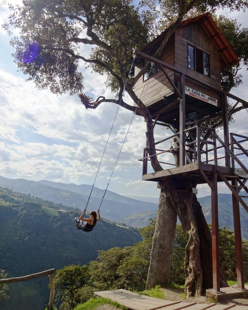Вот и он сам - домик на дереве. Можно зайти внутрь, а можно покачаться, любуясь пейзажем