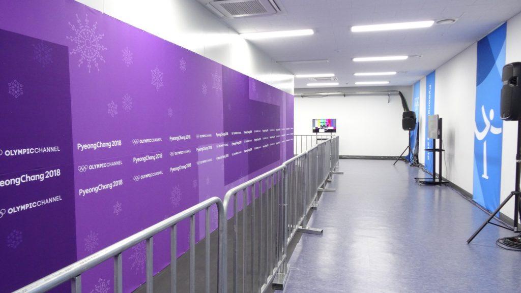 Часть микст-зоны для прессы. Дальше коридор изгибается, можно встать еще примерно такому же числу людей