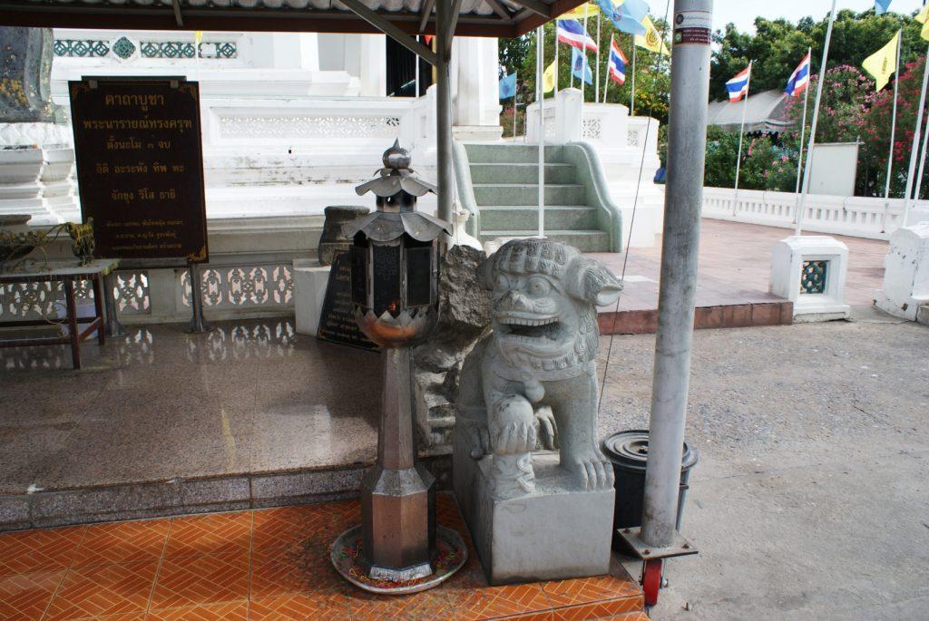 Вот такие серьезные «охранники» около храмов