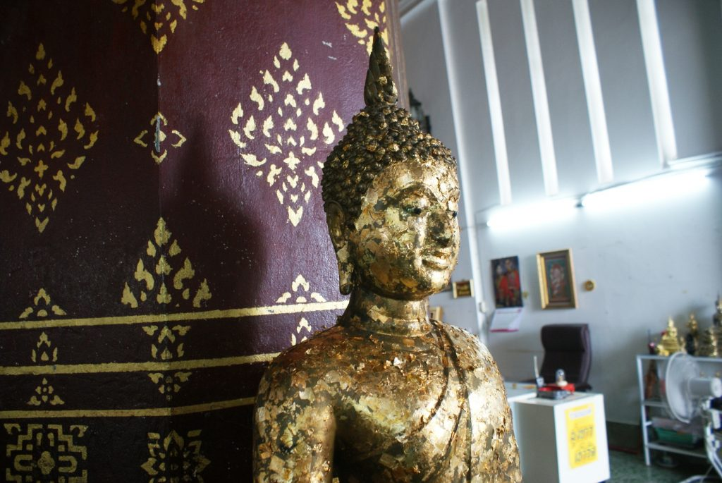 Верующие наклеивают золотинки на статую, загадывают желания, очень необычно