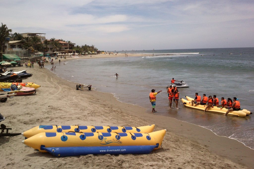 Днем все меняется: на пляже множество развлечений