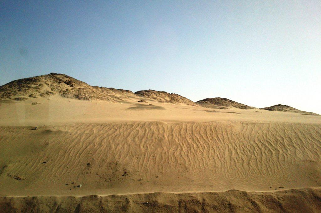 Если выйти и приглядеться, то можно увидеть, как в некоторых местах песок тонкими струйками бежит вниз