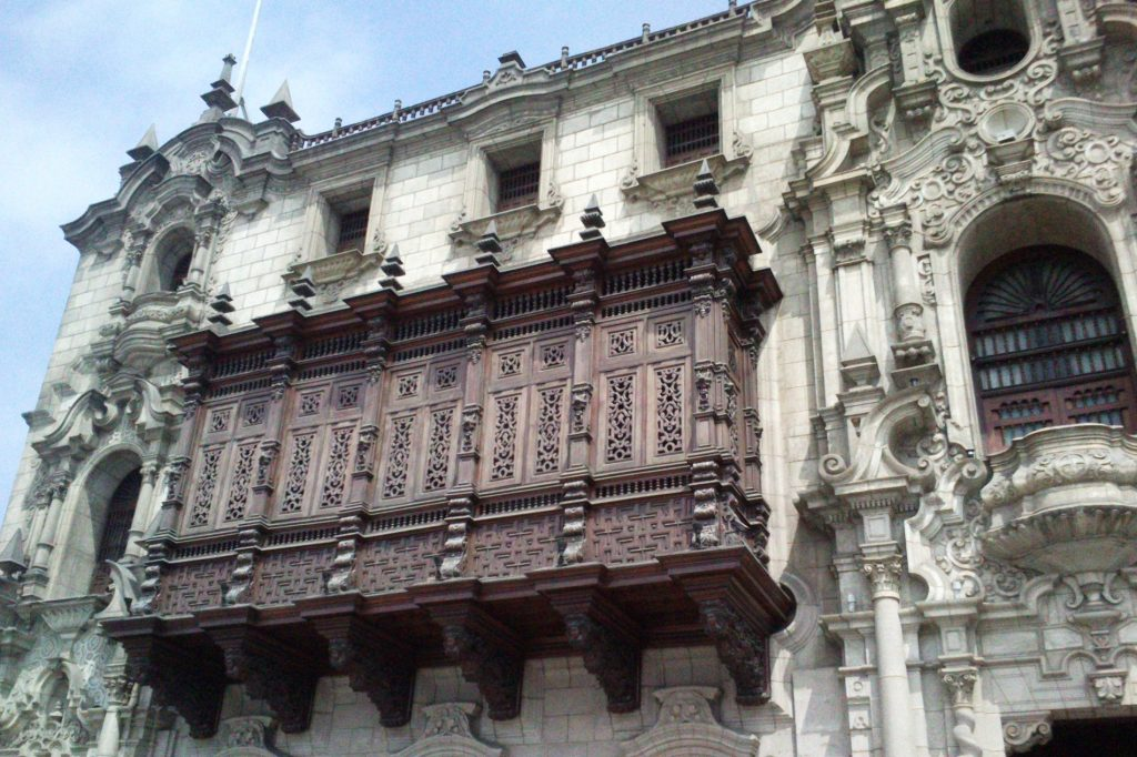 Балконы - отдельная тема. Вот этот особенно понравился, но интересных очень много