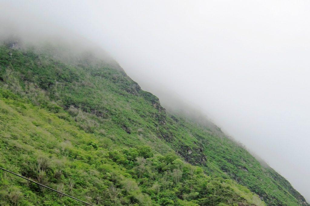То ли туман, то ли облака (бывают облака на высоте 2500 км над уровнем моря?). Очень красиво!