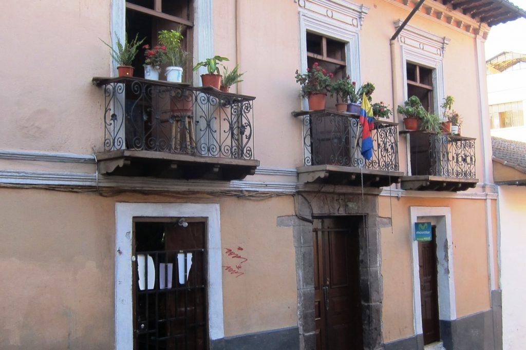 Как мило украсили балконы