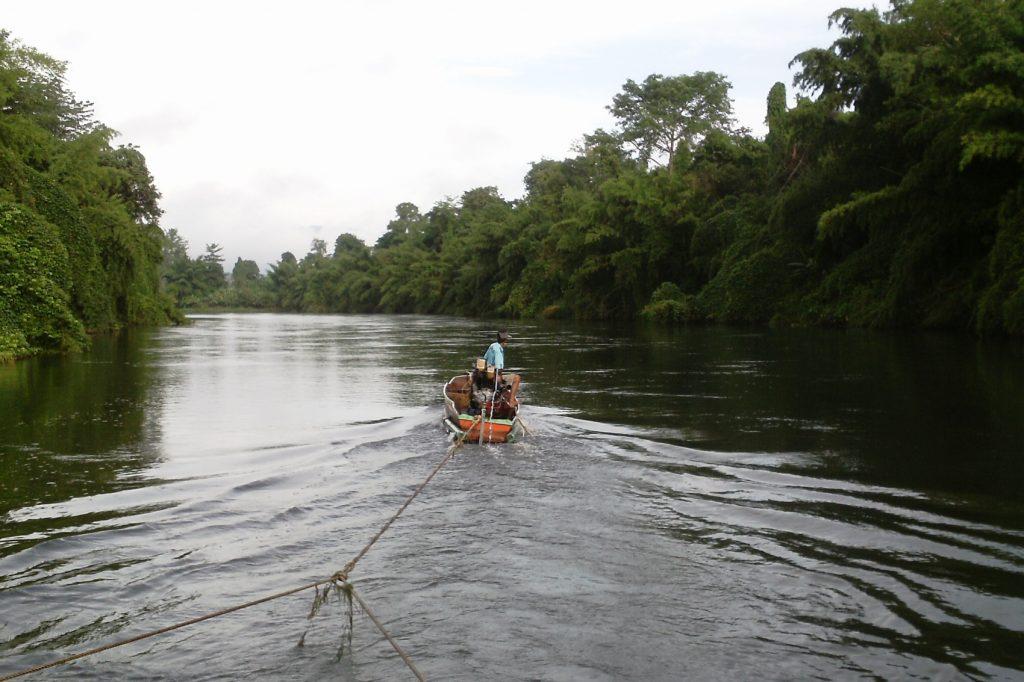 Вот такая лодочка тащит огромную платформу вверх по течению реки