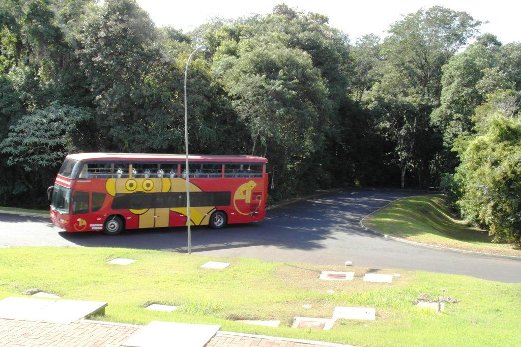 Вот такие автобусы возят туристов по территории парка