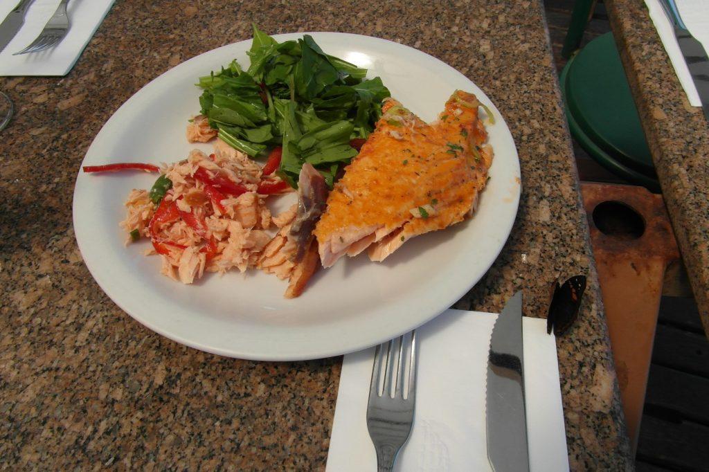 Если где-то есть 30 разных блюд и копченый лосось, то в моей тарелке обязательно окажется он