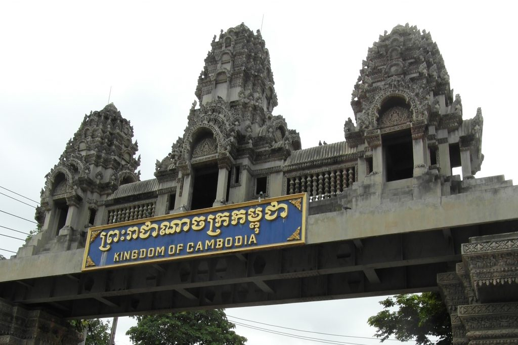 Граница, въезд в Камбоджу. Даже здесь видно, чем знаменита страна