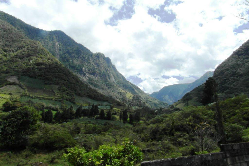 Фото всегда не до конца передают силу волн и высоту гор... Невероятное место!