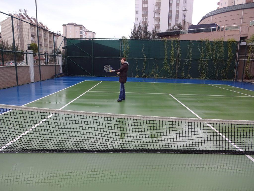 Пришли в теннис играть, но пошел дождь. Все равно играли, но на следующий день было уже лучше