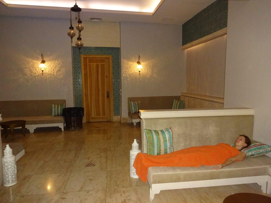 Прохладная комната с мягкими диванами, чтобы не переутомиться в SPA