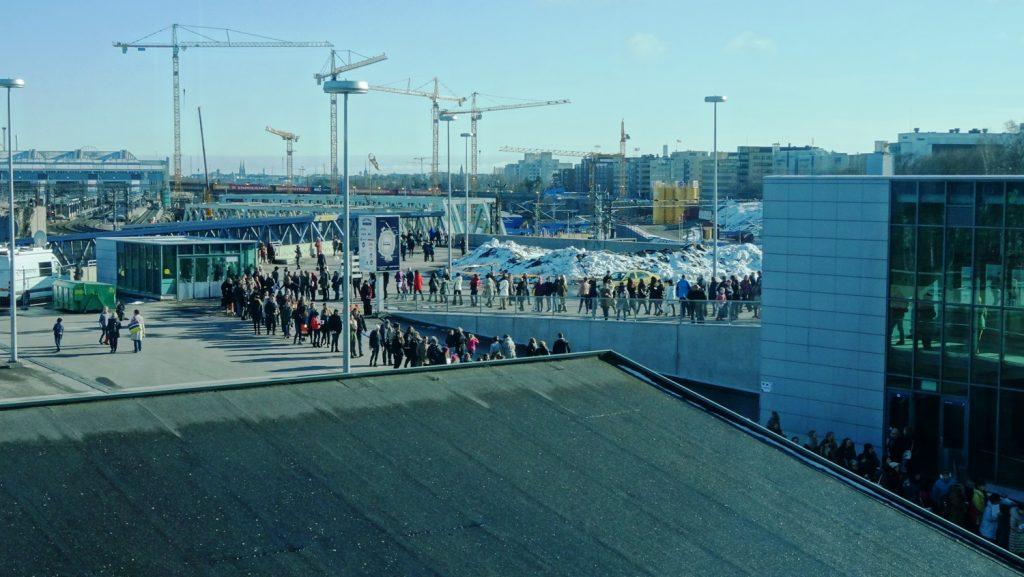 Формально это тоже фото Хельсинки. Сделано, конечно, из арены. Снаружи - невероятная очередь на вход. Японцы пропустили танцы и пришли смотреть женское одиночное