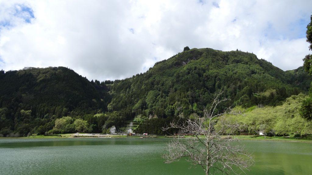 Остров вулканический, поэтому вокруг озер традиционно горы