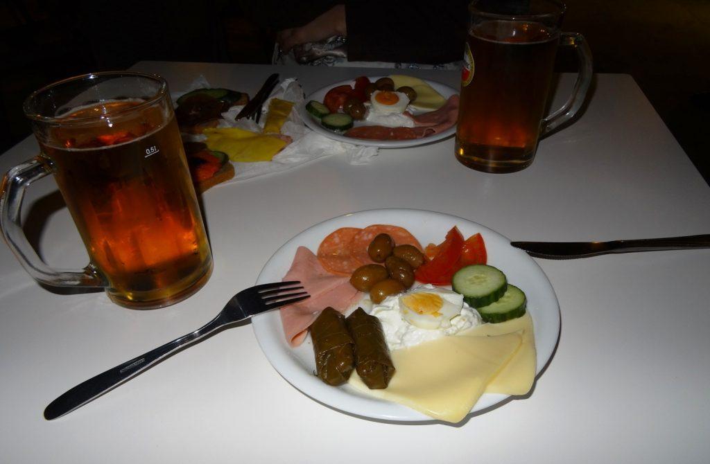 Опоздали на первый ужин, нам собрали вот такие тарелки