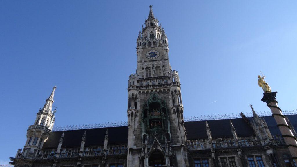 Новая ратуша и часы Glockenspiel на ней
