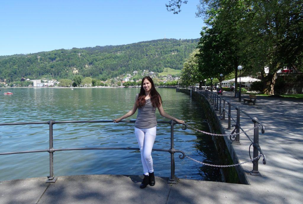 На фоне озера и гор