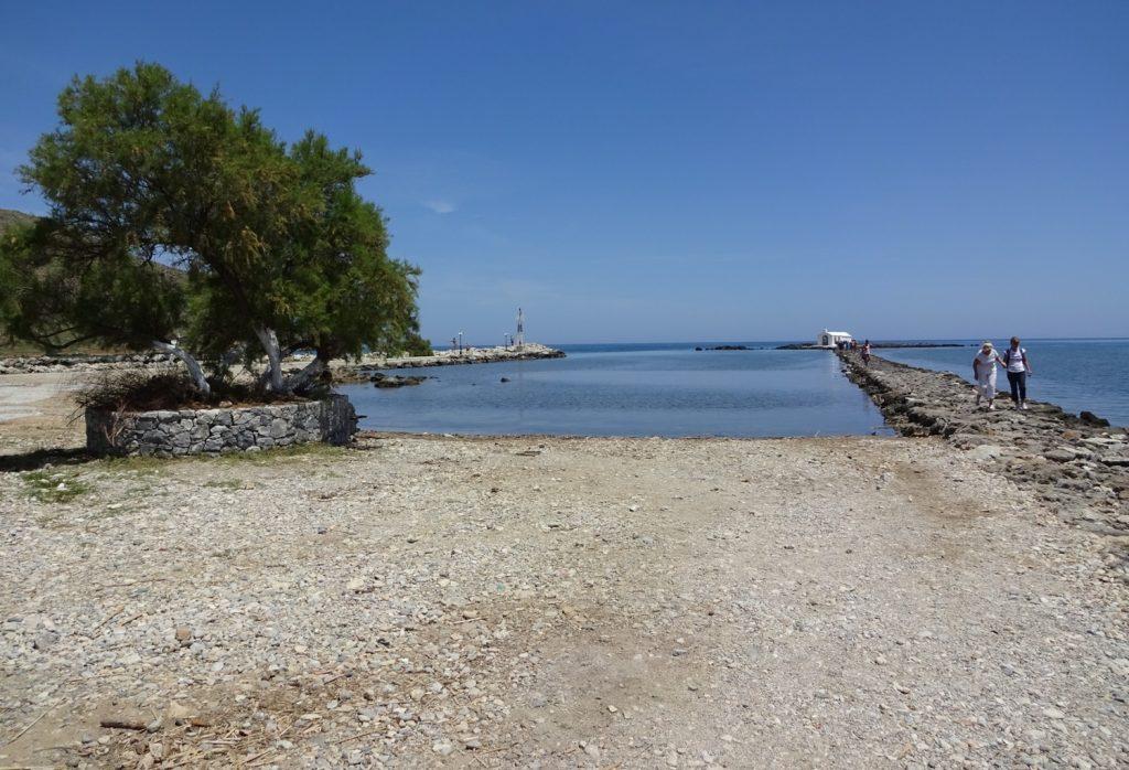 Если уйти от песчаного пляжа влево (стоя лицом к морю), то можно найти приятный заливчик с галькой