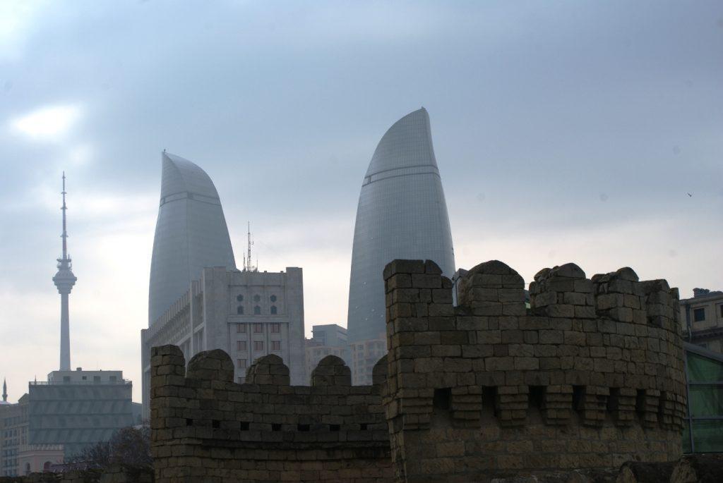 Люблю, когда такие кадры получаются: Пламенные башни и фрагмент стены Старого города