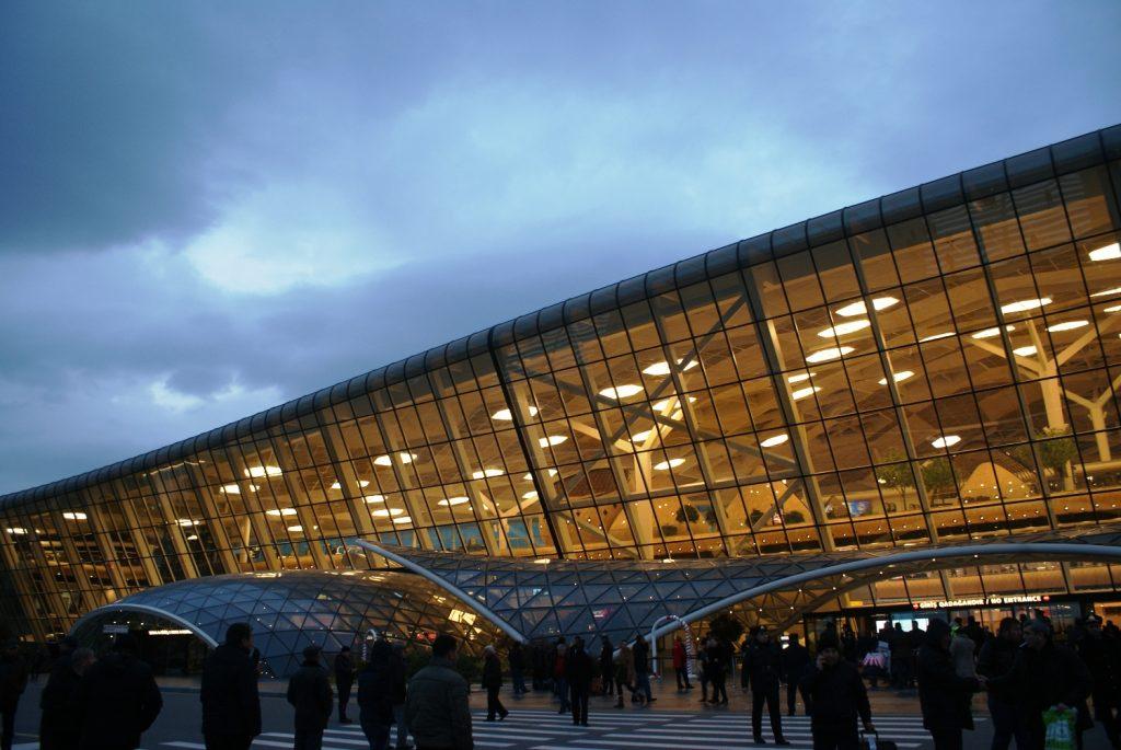 А так аэропорт Баку выглядит в сумерках