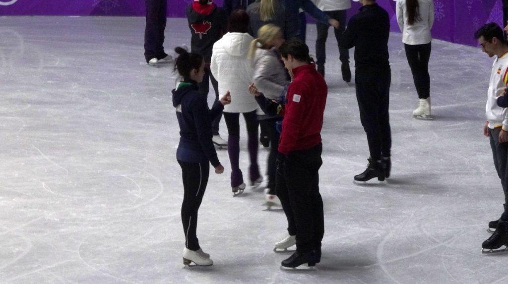 Скотт и кто-то (не помню кто) под руководством Анны учатся делать корейские сердечки
