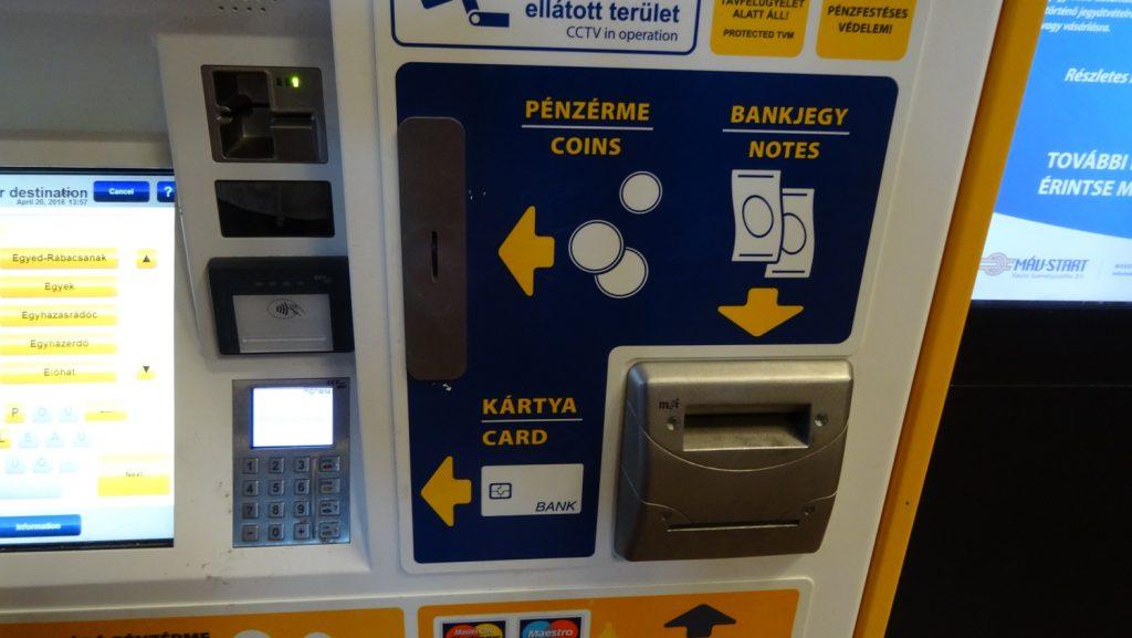 Автомат принимает карты, монеты, купюры