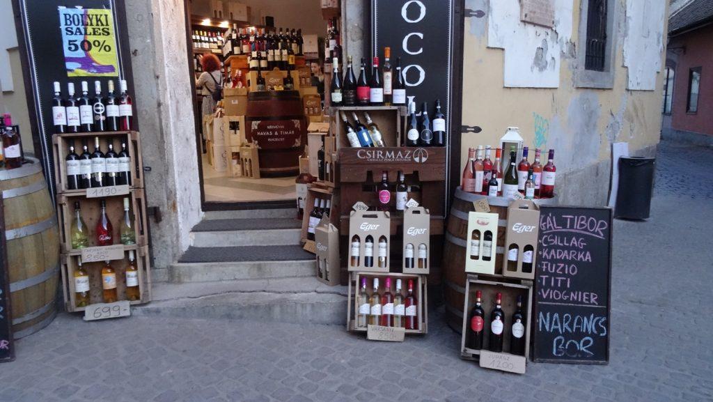 Вокруг много виноградников, поэтому вино продается почти везде. И шоколад - не знаю почему