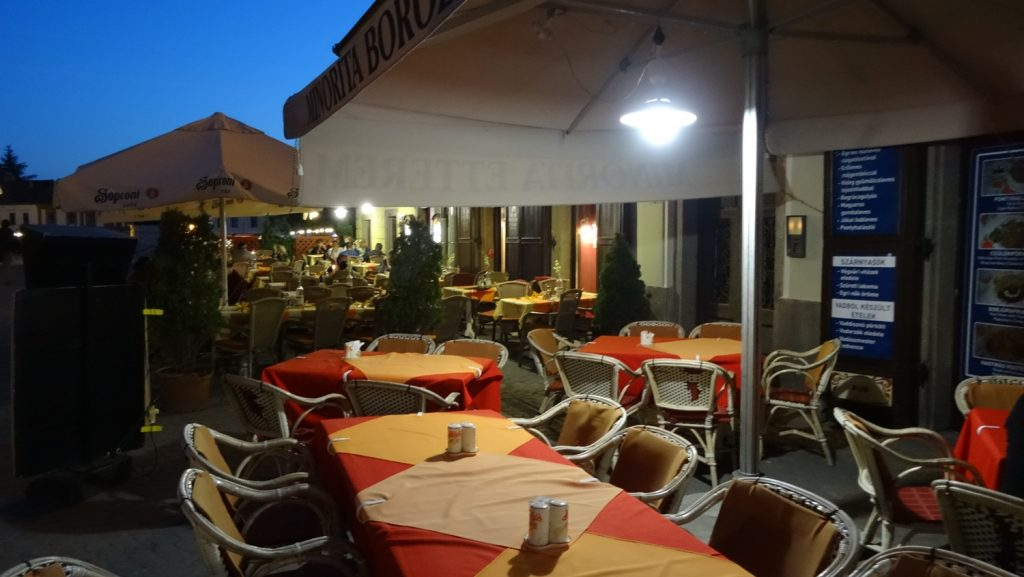 Уютные кафе на улицах - и их много!