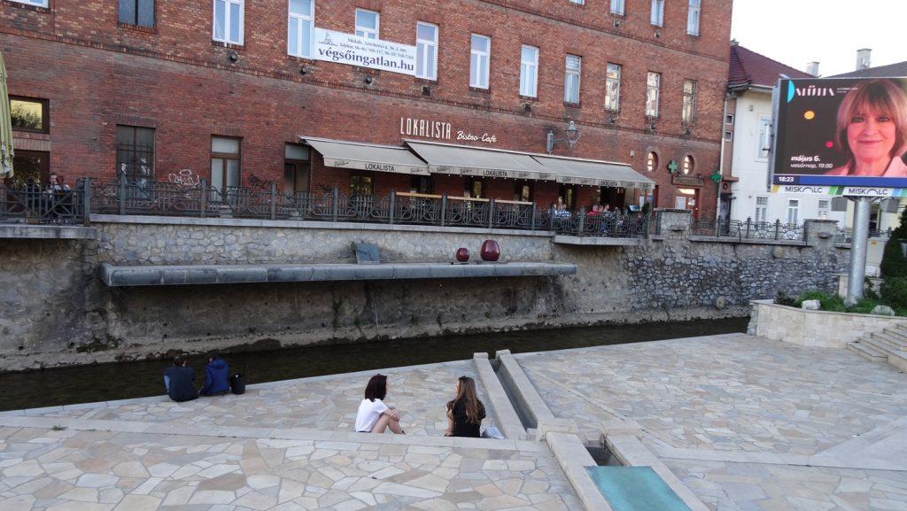 Классные балкончики прямо над рекой