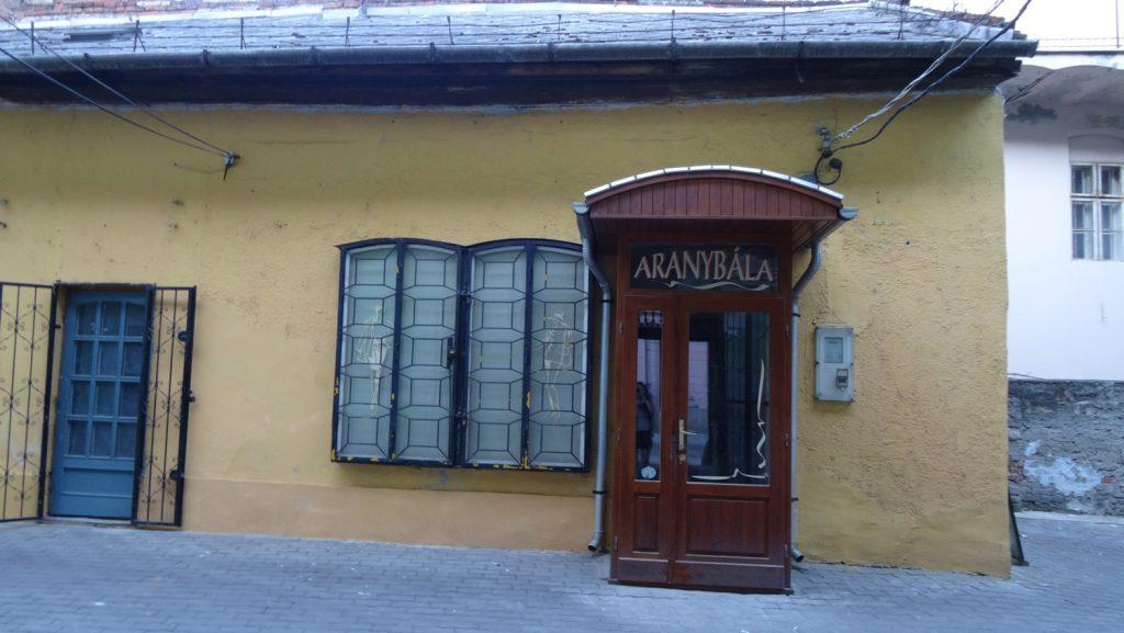 Старая телефонная будка. Ими кто-то пользуется?