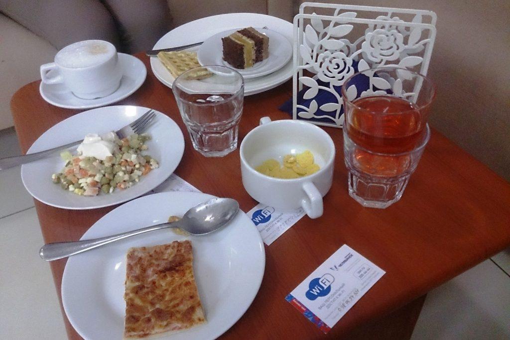Еды не слишком много разной... Из напитков чай, кофе, что-то полезное (в стакане), алкоголь платно (и правильно, суровый Челябинск же)